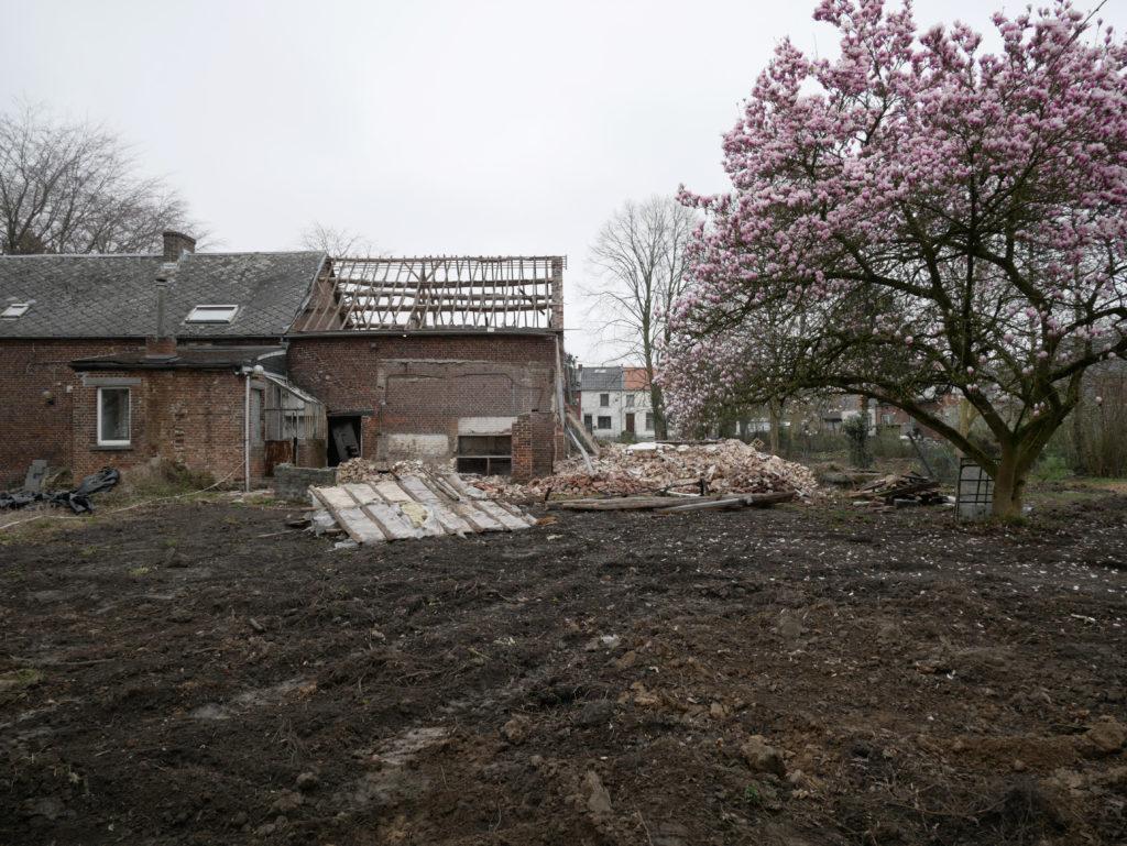 la grange est partiellement démolie pour permettre de couler la dalle et les murs en béton