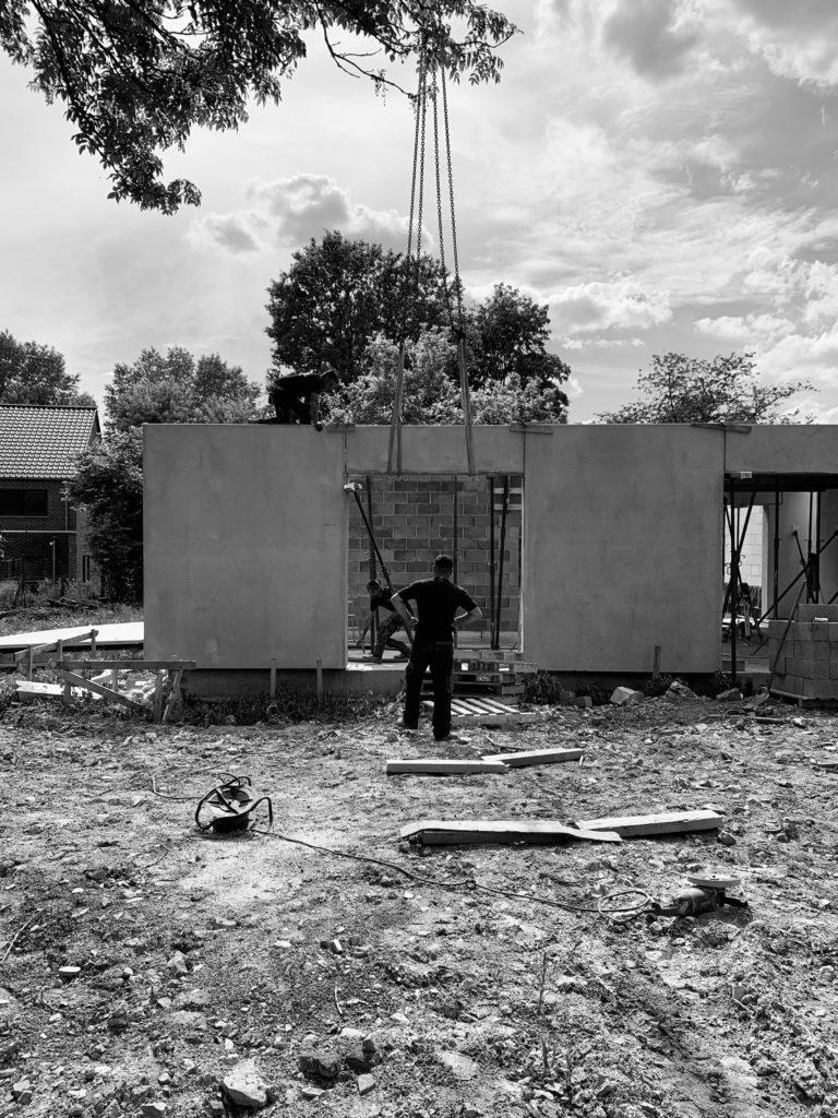 Photographie de chantier lors de la pose des voiles et des prédalles du rez-de-chaussée de l'habitation en béton